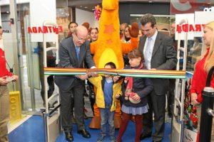 Corte oficial de la cinta inaugural de la tienda de juguetes en el centro comercial Holea.