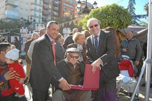Pedro Rodríguez entrega la placa al homenajeado de honor.