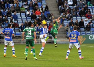 Zamora, peleando por un balón ante el Eibar. (Espínola)