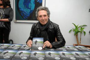 Miguel Ríos, con su libro en las manos. (Espínola)