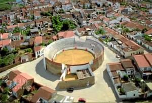 Vista de Zalamea la Real, con la plaza de toros en el centro de la imagen.