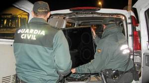 La Guardia Civil con algunos de los objetos recuperados.