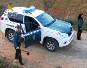 Un efectivo de la Guardia Civil con el hacha en la mano.