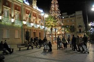 Así luce el alumbrado navideño junto al Ayuntamiento de Huelva.