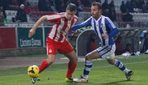 Fernando Vega, presionando a un rival del Girona.