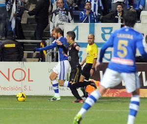 Morcillo sacando el balón ante la presión del Jaén. (Espínola)