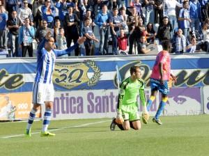 Cabrero y Montoro, protestando el primer gol de Las Palmas. (Espínola)