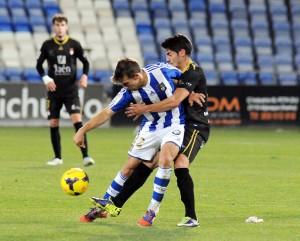 Álvaro Antón presionado por un jugador del Jaén. (Espínola)