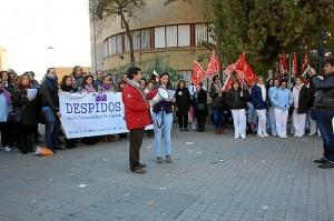 Personal de Capítulo 6 y de la limpieza en la protesta que han protagonizado este lunes ante el Rectorado.