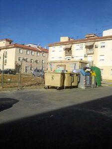 Contenedores repletos de basura en Gibraleón.