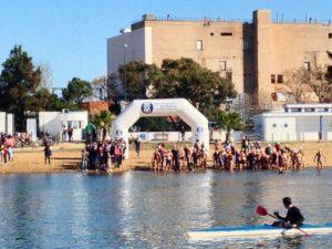 Salida de la Travesía de Navidad de natación en Huelva.