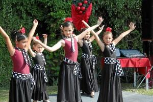 Las niñas durante un momento de la actuación sobre el escenario del Seville´s. (Marta Pérez)