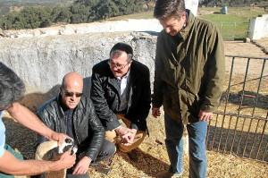 García Longoria, durante una visita a una explotación ganadera.