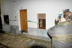 Fachada de la vivienda afectada por el fuego en Los Marines. (José Carlos Sánchez / Multimagenestudio)
