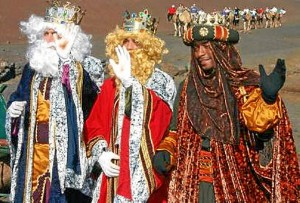 Los Reyes Magos en su llegada a Isla Cristina (archivo).
