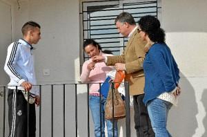 El alcalde hace entrega de una de las llaves de las viviendas.