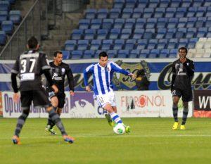 Jorge Larena intentando marcharse de varios jugadores del Levante. (Espínola)