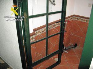 Una de las puertas fracturadas.