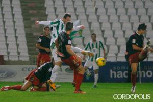 Xisco anotando el primer gol ante el Recre. (Madero Cubero)