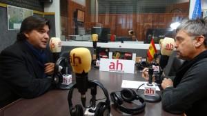 Gabriel Cruz en los estudios de Antena Huelva Radio.