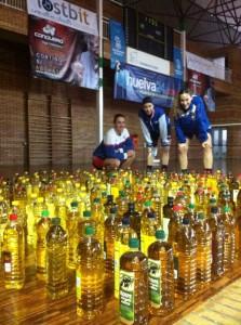 Entrega de aceite a las hermandades de Semana Santa por parte del CB Conquero.