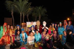 Foto de familia de los Reyes y su cortejo en la noche de Dubái.
