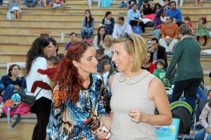 Ana Pérez -izquierda- conversa con la segoviana Cristina Cabrejas, organizadora de la cabalgata.