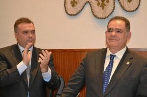 Manuel García Félix aplaude a Lagares el día de su dimisión como alcalde.