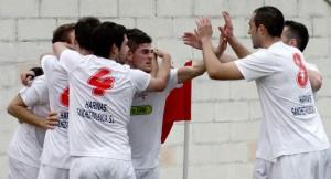 Jugadores de La Palma, celebrando la victoria. (J. Ruiz)
