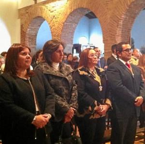 La alcaldesa, Maria Luisa Faneca, y la teniente de alcalde Carmen Cardenas junto al alcalde de La Redondela y Flor Carrasco durante la misa de San Sebastián.