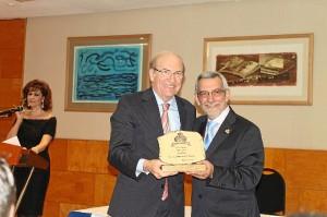 El alcalde recibe uno de los premios Gracias.