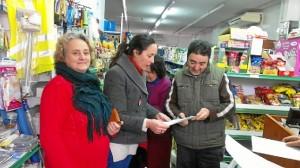 Rebeca Martin, en el centro, recoge firmas en un establecimiento comercial de Cortegana