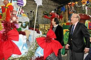 Visita a las carrozas por parte del alcalde y del delegado de Cultura y Festejos.