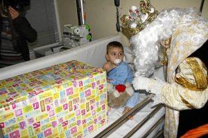 Uno de los reyes con un pequeño en el hospital.