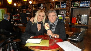 María José Vázquez, campeona del Mundo de Dardos, juanto a Paco Morán, director de Antena Huelva Radio.
