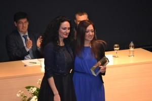 Manoli Romero, presidenta del Sporting, recibiendo el premio Huelva Junta.