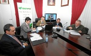 Momento de la firma en el Ayuntamiento de Bonares con la Cooperativa Coopinte y entidades integrantes