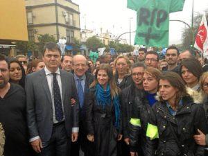 Dirigentes del PP con los trabajadores de Pascual concentrados en Sevilla.