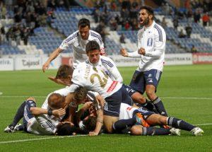 Los jugadores celebran el segundo gol. (Julián Pérez)