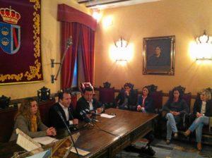 Alcalde y concejales durante el acto de entrega de subvenciones