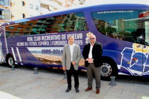 Ignacio Caraballo y Pablo Comas con el nuevo autobús del Recreativo de Huelva.