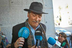 El padre de Juan José Cortés en las puertas de la Audiencia. (Foto: Julián Pérez)