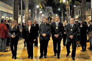 Vía Crucis 2014 Isla Cristina. De derecha a izquierda, la Pregonera, la Alcaldesa, el Rvdo Parroco, el Presidente del Consejo y el Teniente de Hermano Mayor delante de la Imagen
