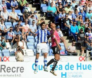 Dimas, en un salto, ante un jugador del Tenerife. (Espínola)