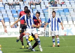 Martí presiona a Linares en el Recre-Mallorca de esta temporada. (Espínola)
