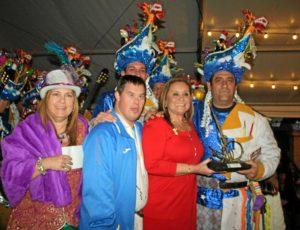 La delegada de festejos y la alcaldesa con la comparsa ganadora durante la entrega del premio