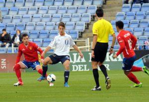 Álvaro Antón, presionado por varios jugadores del Zaragoza. (Espínola)