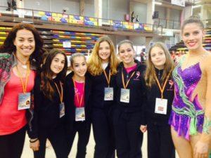 Gimnastas del Club Gimnasia Rítmica Huelva con Lourdes Mohedano.