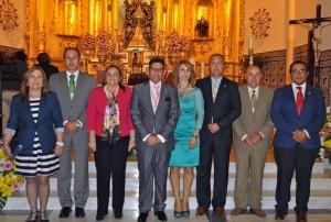 La Alcaldesa, la Tte de Alcalde, resto de autoridades y miembros de la Junta de la Hermandad junto al Pregonero (Copiar)