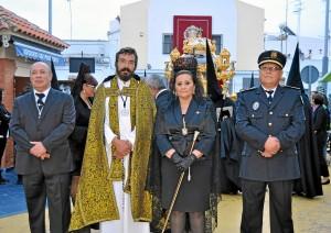 La Alcaldesa y el Primer Teniente de Alcalde junto al Rvdo Parroco y el Jefe d ela Policia delante del Cristo Yacente